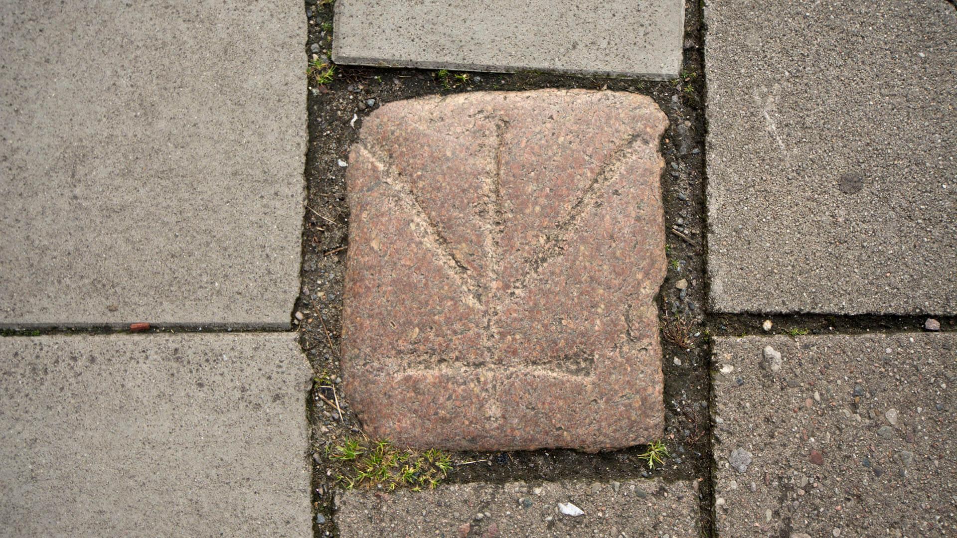 Erinnerung an das Sühnekreuz auf dem Neuen Markt.