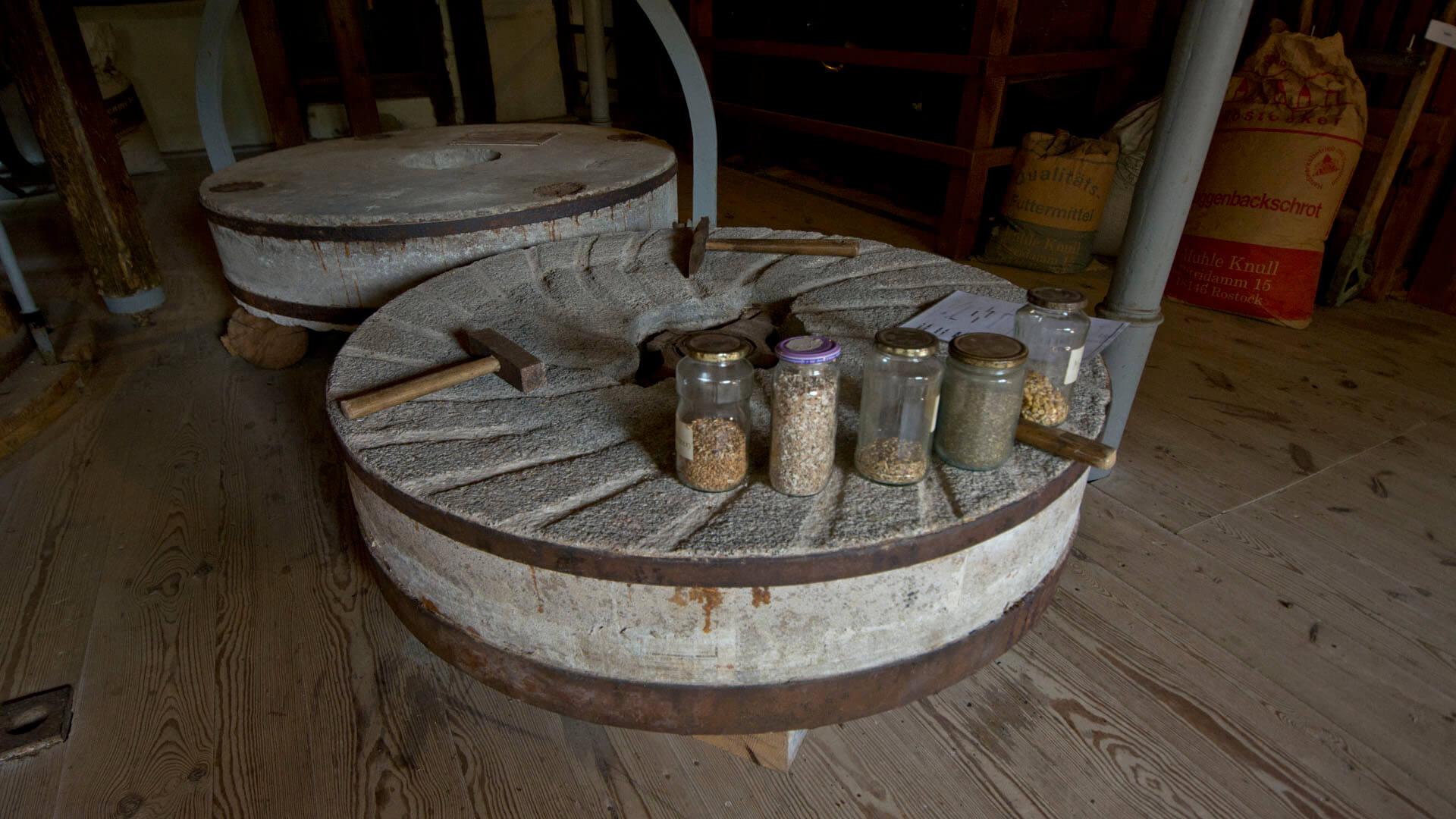 Mahlstein der Wassermühle in Kuchelmiß