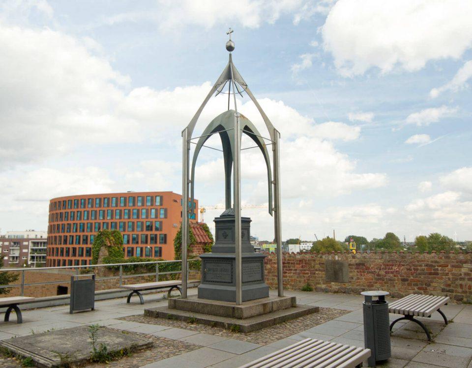 Joachim Slüter Denkmal neben der St. Petri Kirche