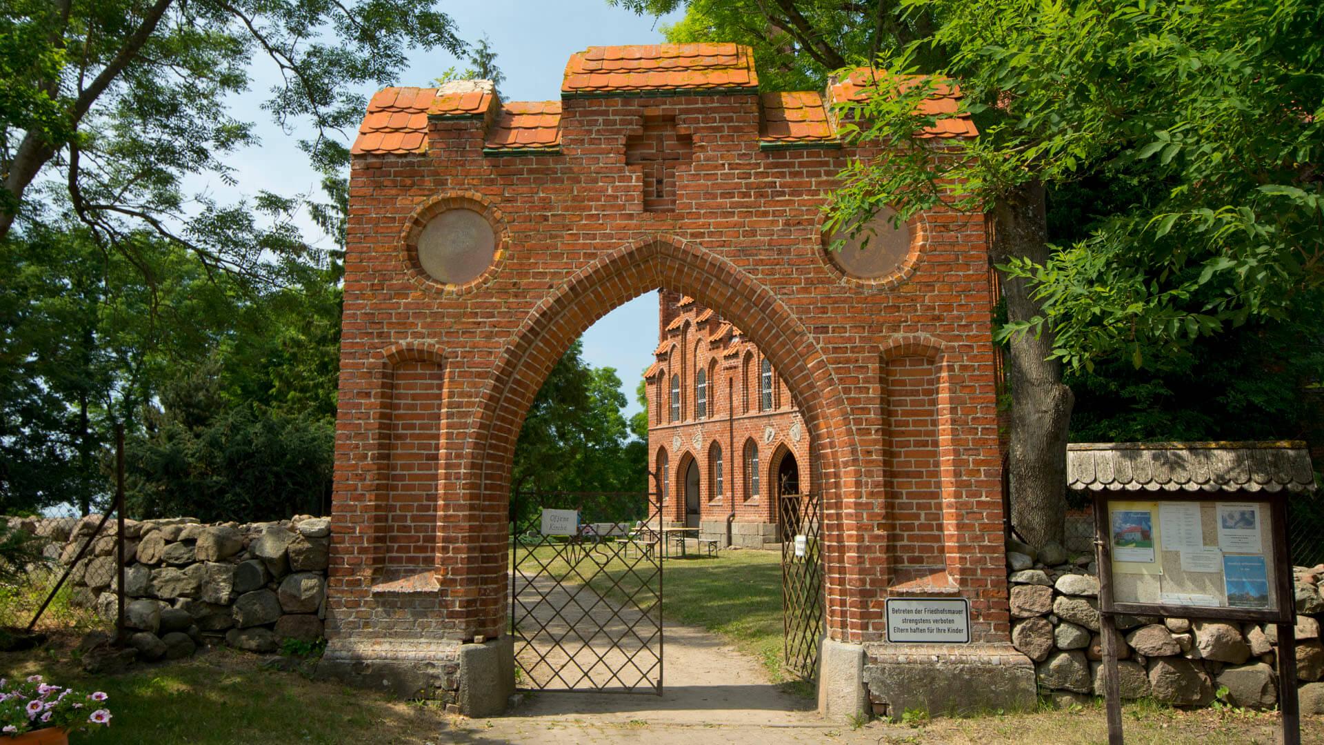 Das Tor zur Radfahrerkirche in Pantlitz
